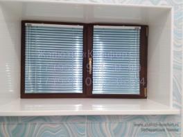 Установили горизонтальные жалюзи на деревянные окна